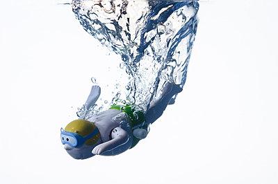 Taucher; Kinderspielzeug im Wasser - p3050251 von Dirk Morla