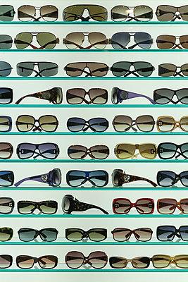 Auslage eines Optiker-Geschaefts - p627m1035380 von Christian Reister