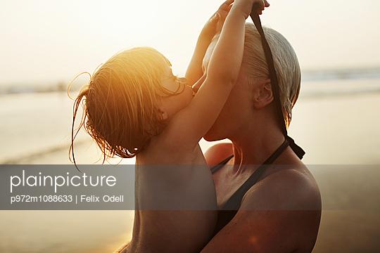 Mutter und Tochter am Strand - p972m1088633 von Felix Odell