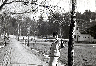 Young woman takes a walk in the countryside - p1541m2116904 by Ruth Botzenhardt