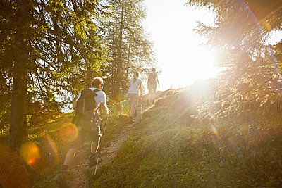 Three friends hiking in the mountains, Achenkirch, Austria - p300m2206565 by Studio 27