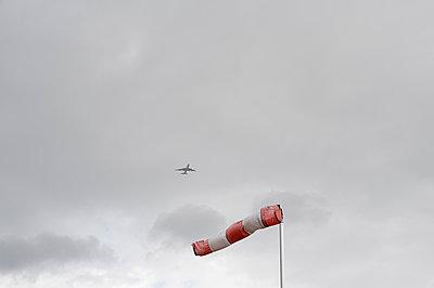 Windhose mit Flugzeug - p759m1171576 von Stefan Zahm