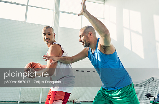 Men playing basketball, defence - p300m1587017 von Zeljko Dangubic
