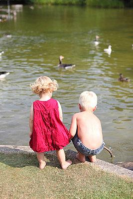 Kinder spielen am Teich - p045m939863 von Jasmin Sander