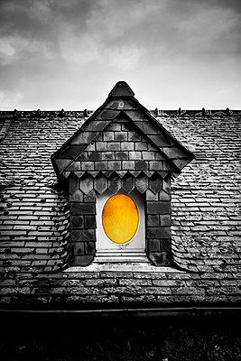 Dachgaube mit Rundfenster - p248m1515246 von BY