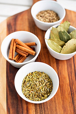 Bay leaves, vanilla and grain in bowls - p312m1549057 by Scandinav Images