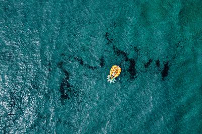 Woman on air mattress in the sea, drone photography - p713m2289218 by Florian Kresse