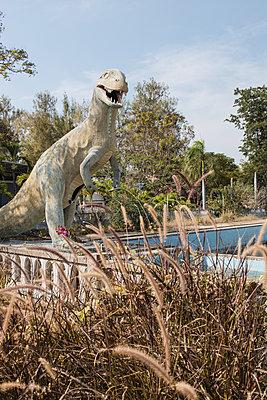 Thailand, Cha Am, Sculpture of a dinosaur - p728m2230478 by Peter Nitsch