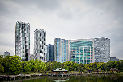 Japan, Tokyo, View of skyscrapers and the Hotel Conrad - p921m2263443 by Boris Leist