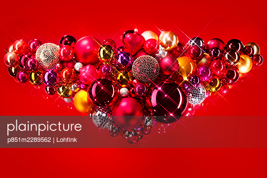 Christmas tree balls against red background - p851m2289562 by Lohfink