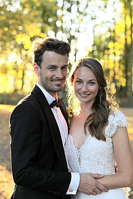 Portrait of bridal couple - p1258m2082691 by Peter Hamel