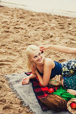 Kirschen am Ohr - p904m932275 von Stefanie Päffgen