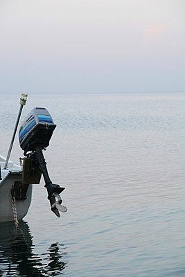 Boot mit Aussenbordmotor - p9791436 von Wilken