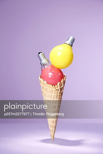 Light bulbs placed on ice cream cone - p237m2277977 by Thordis Rüggeberg