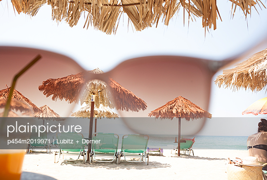 Durch die rosarote Brille - p454m2019971 von Lubitz + Dorner