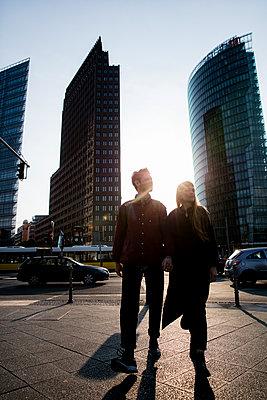 Junges Paar in der Metropole - p1212m1138858 von harry + lidy