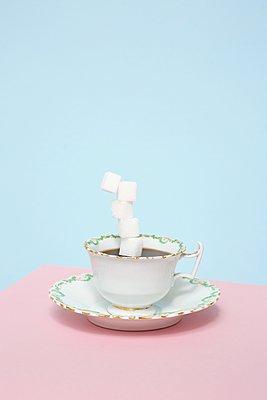 Kaffee mit viel Zucker - p237m1124550 von Thordis Rüggeberg
