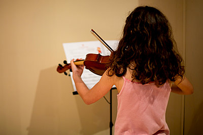Young girl playing violin - p445m1020507 by Marie Docher