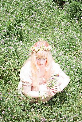 Picking flowers - p956m748734 by Anna Quinn