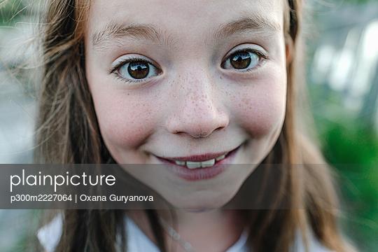 Smiling girl looking at camera - p300m2227064 by Oxana Guryanova