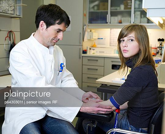 Arzt nimmt Blut ab  - p6430301f von senior images RF