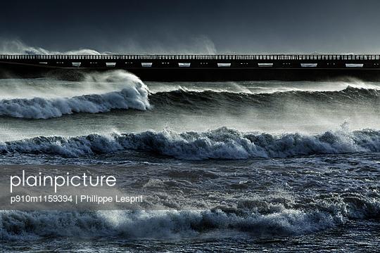 Brandungswellen an der Küste - p910m1159394 von Philippe Lesprit
