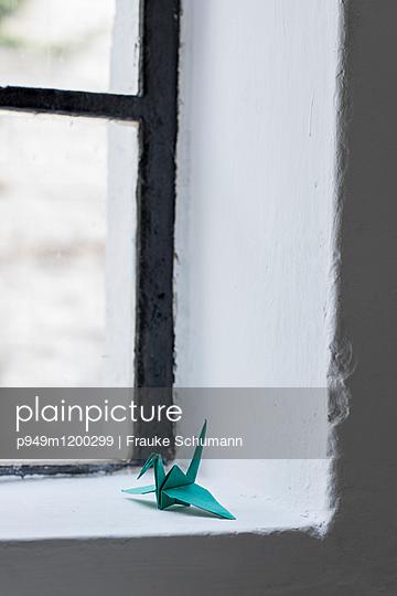 Papier Kranich im Fenster - p949m1200299 von Frauke Schumann