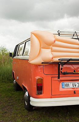VW-Bus mit Busen-Luftmatratze - p045m1462706 von Jasmin Sander