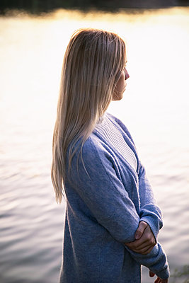 Side view of blond woman on the banks of the Alster - p788m2128830 by Lisa Krechting