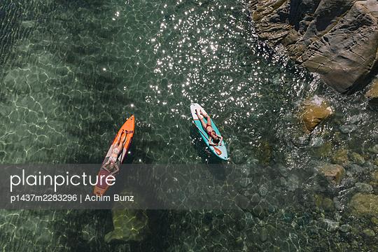 Sonnenbaden auf dem Surfbrett - p1437m2283296 von Achim Bunz