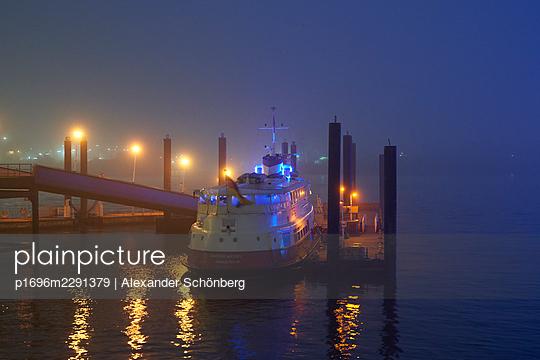 Schiff im Hafen - p1696m2291379 von Alexander Schönberg