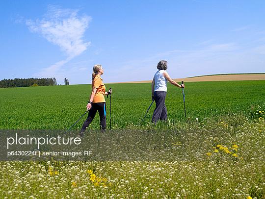 Zwei Frauen beim Nordic Walking  - p6430224f von senior images RF