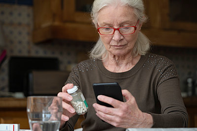 Senior woman using smart phone - p623m2122952 by Frederic Cirou