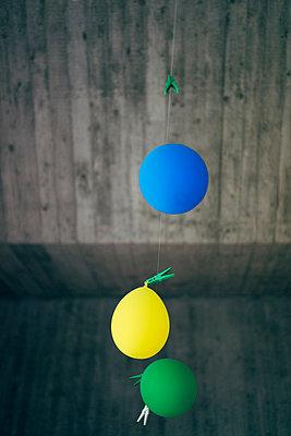 Drei schlaffe Luftballons - p819m1042469 von Kniel Mess