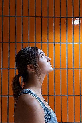 Junge Frau - p975m2008175 von Hayden Verry