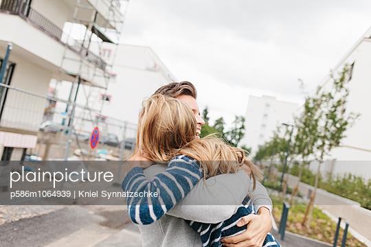 Junges Paar umarmt sich - p586m1064939 von Kniel Synnatzschke