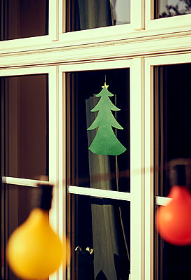 Weihnachtliche Deko im Fenster - p900m1222107 von Michael Moser