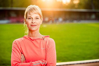 Sportliche Frau - p904m1031371 von Stefanie Päffgen