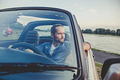 Träumend im Porsche - p904m854144 von Stefanie Päffgen
