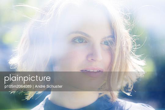 Portrait bei Gegenlicht mit Spiegelung - p105m2064089 von André Schuster