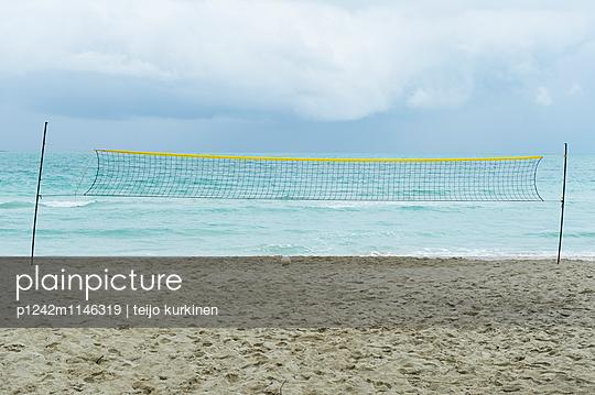 Volleyballnetz am Strand - p1242m1146319 von teijo kurkinen