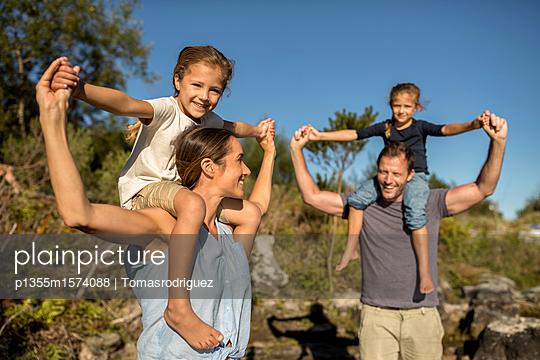 Familie mit zwei Kindern - p1355m1574088 von Tomasrodriguez