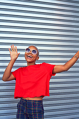 Portrait carefree young woman in sunglasses - p1023m2190272 by Trevor Adeline
