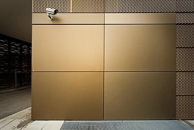 Überwachung an goldener Wand - p1119m903561 von O. Mahlstedt