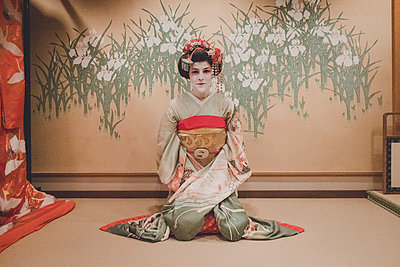 A woman dressed in the traditional geisha style wearing a kimono  - p1345m2055590 by Alexandra Kern