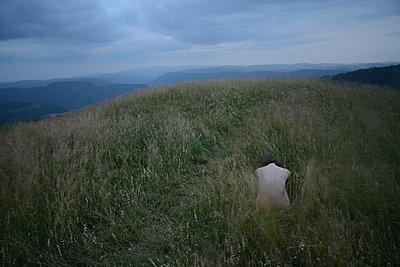 Woman sitting on the grass - p1631m2208638 by Raphaël Lorand
