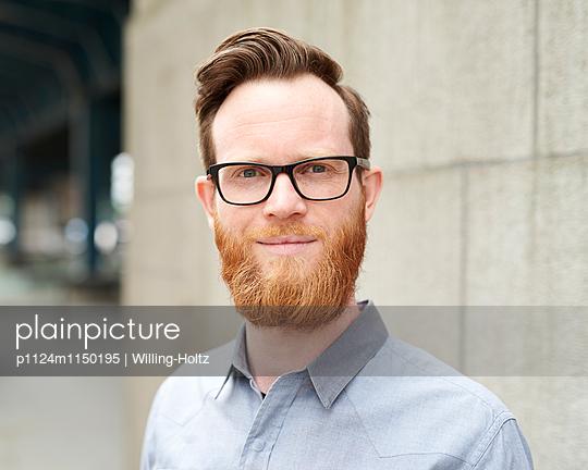 Junger Mann mit Bart und Brille - p1124m1150195 von Willing-Holtz