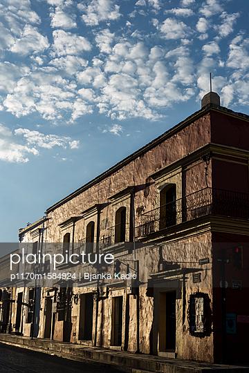 Haus im Sonnenlicht - p1170m1584924 von Bjanka Kadic