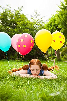 mit Ballons im Haar träumen - p045m1466978 von Jasmin Sander
