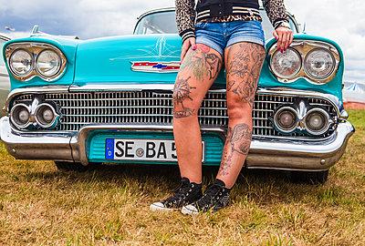 Tattoo-Beine vor Chevrolet Bal Air - p045m2007869 von Jasmin Sander